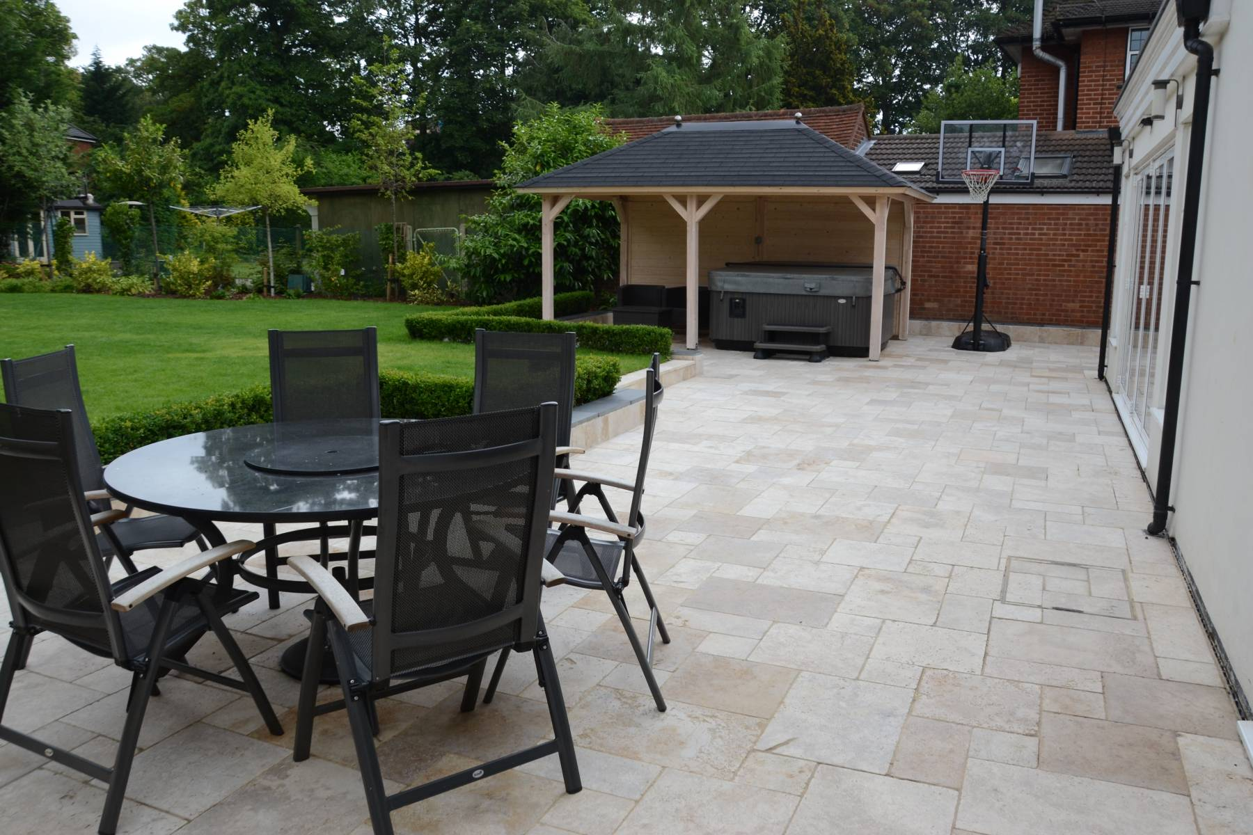 contemporary patio hedging landscaping